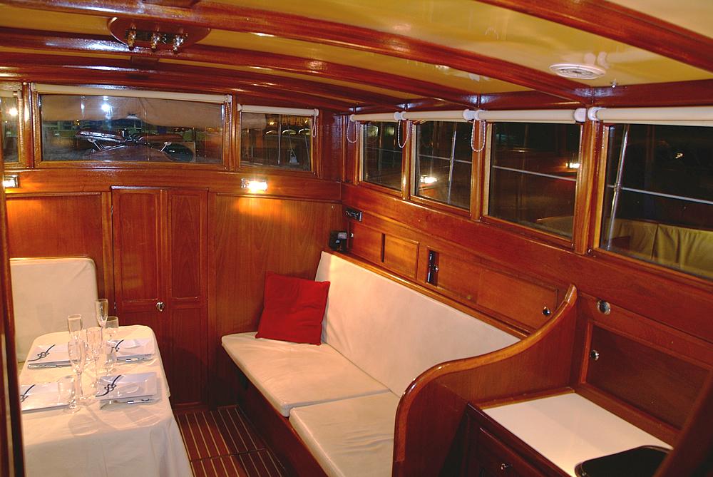 Location bateau banyuls bateau habitable banyuls sur mer for Meuble bateau acajou